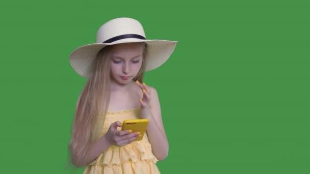 Mädchen mit flatternden Haaren halten Handy