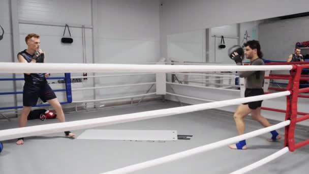 Boxerský muži házeli míč do tělocvičny. Sportovní muž se zahřívá před bojem. Trénink v Cardio. Sportovní životní styl.
