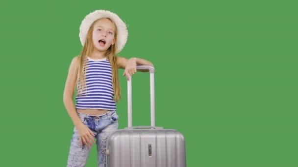Turistická dívka gestikulovat s rukou stoupenců a mluvení na zeleném pozadí. Dívčí teenager s kufříkem s předplatiteli v sociálních sítích. Alfa kanál, zelená obrazovka s klíčem.