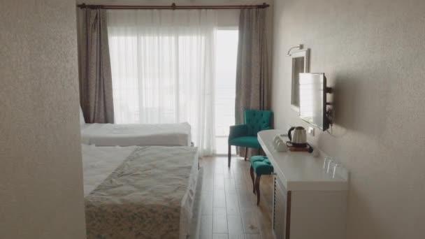 Camera da letto accogliente con letti comodi e mobili in resort di lusso. Camera da letto bianca con accogliente design degli interni in appartamento contemporaneo. Biancheria da letto in camera dalbergo.
