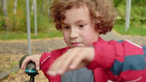 Roztomilé dítě stojící na kole v parku