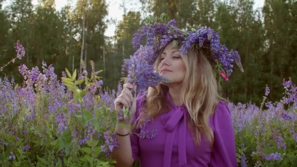 Atraktivní mladá žena v květinové věnec na kvetoucí louce