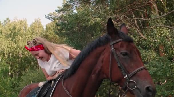 Usmívající se dospívající dívka lezení na koni na venkově