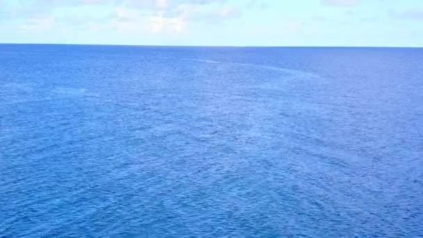 Letecký drone příroda luxusního pobřeží plážový výlet v modrém oceánu s jasným písečným pozadím