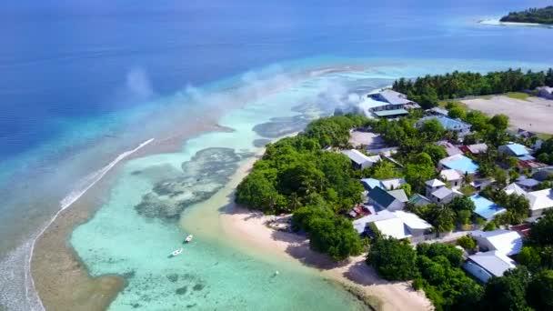 Drohnentourismus der entspannten touristischen Strandreise durch blauen Ozean und sauberen sandigen Hintergrund