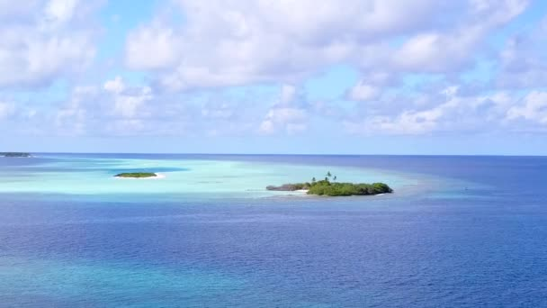 Letecké drone panorama tropického mořského času na pláži podle tyrkysového oceánu a bílého písku pozadí