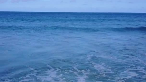 Letecké drone scenérie perfektní resort pláž plavba modrým oceánem s bílým písečným pozadím