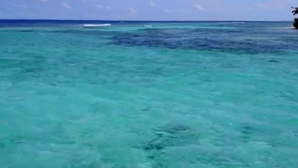 Letecké panorama ráje resort pláž plavba jasným oceánem a bílým písečným pozadím