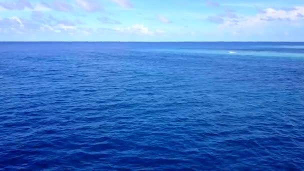 Dron letecké abstraktní idylické pobřeží plážový čas v modrém oceánu s bílým písečným pozadím