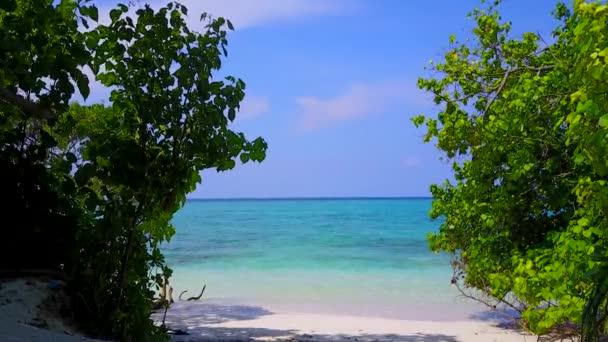 Sunny panorama perfektní pobřeží pláž break by clear ocean and white sand background near reef