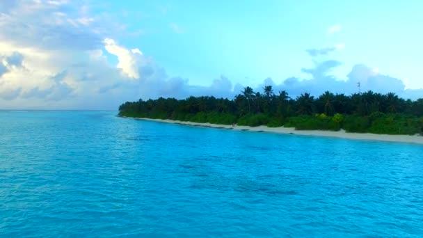 Kopírovat prostor panorama krásného moře pohled pláž dovolená podle tyrkysové vody s bílým písečným pozadím v blízkosti surfování