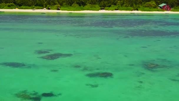 Letecký drone cestování krásné pobřeží pláž přestávka podle modré vody a jasného písku pozadí