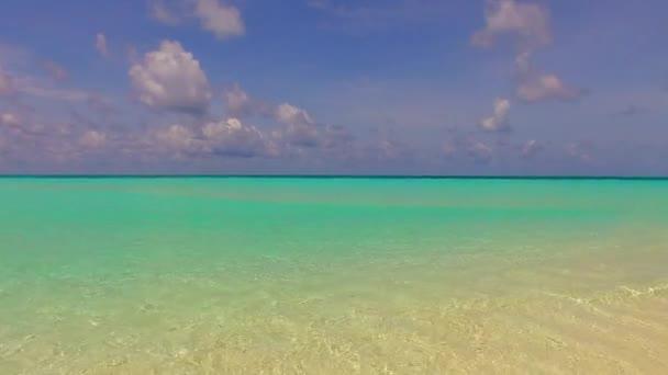 Letní krajina exotického pobřeží pláž životní styl modrý oceán s jasným písečným pozadím na slunci