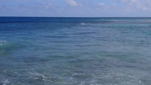 Teplý abstrakt tropického moře pohled na pláž výlet podle aqua modrý oceán a bílé písčité pozadí v blízkosti palem