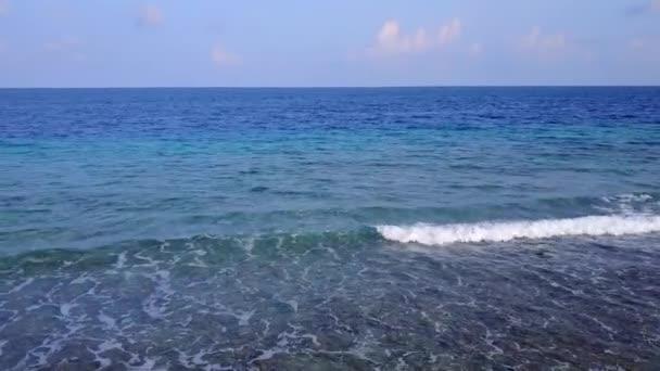 Sunny krajina idylické pobřeží pláž životní styl podle modrého zeleného moře a čistý písek pozadí v blízkosti letoviska