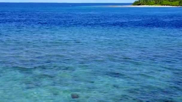 Kopírovat prostor turistiky klidného letoviska čas na pláži podle modré zelené vody s jasným písečným pozadím v blízkosti písečného břehu