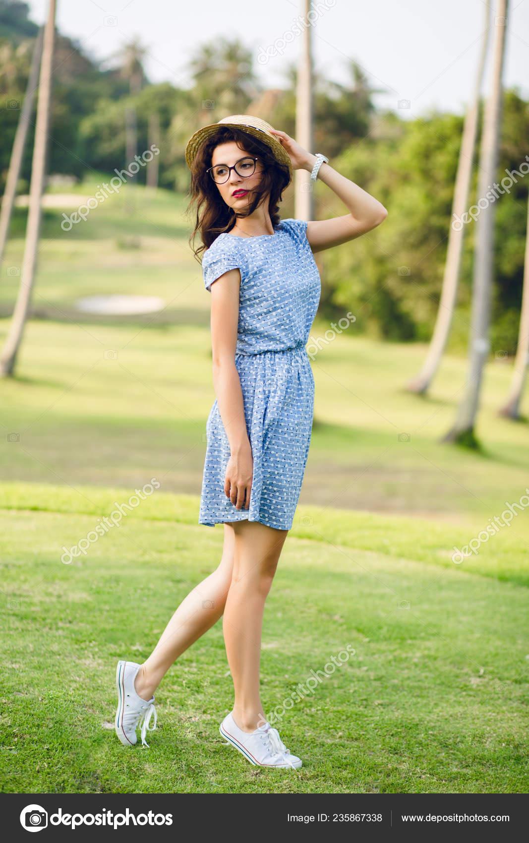 Niña Con Vestido Azul Celeste Está Pie Parque Chica Tiene