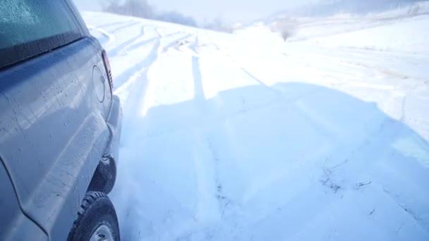 21.01.2018, Ukrajina - Suv s zasněžené kola a zimní pneumatiky jízdu na sněhu, detailní zobrazení