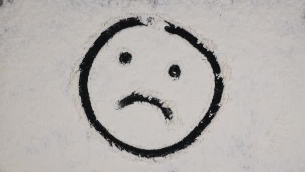 Finger kreslení legrační obrázek na pozadí bílé mouky. pohled shora 4k