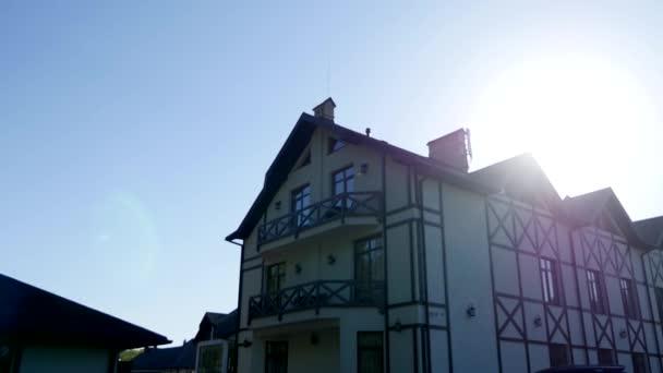 Deel van de gevel van een huis in moderne stijl en de zon stralen