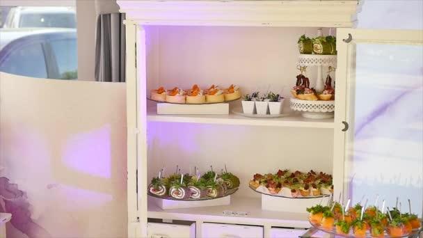 Pochoutky, předkrmy, dezerty na hostině. Bufet, cateringové služby