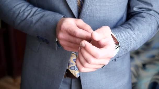 Egy ember hord egy órát a karját