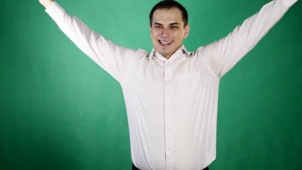 Detailní portrét šťastný mladý muž hledá překvapen. Pozitivní lidské emoce. zelené pozadí