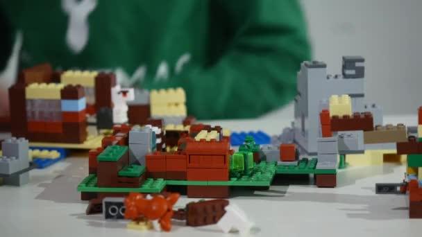 Construcción Línea Niños Jugando LadrillosClose Up Una Un Con Pequeño Popular Lego Las Juguetes De ManosEs Manos PTOiuXkZ