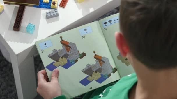 Childs ruce hrát malé lego kostek, ruce zavřít nahoru. LEGO je populární řady stavebnice