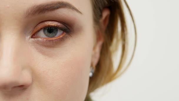 Portrét mladé ženy Krása Detailní záběr polovinu tváře charakter série izolovaných na čistě bílém pozadí