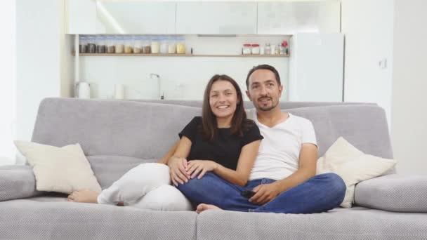 Rodina tráví společně čas na domácí interiér na šedou pohovku