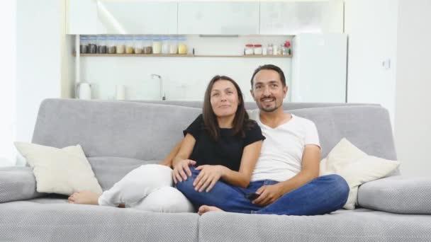Šťastná rodina s dvěma dětmi doma, děti, bratr a sestra sledování filmu s rodiči