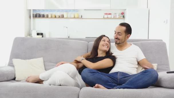 """Результат пошуку зображень за запитом """"пара смотрит телевизор"""""""