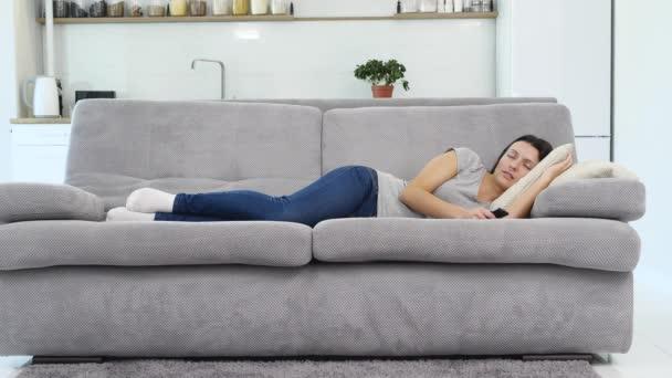 Žena spí sladce na gauči