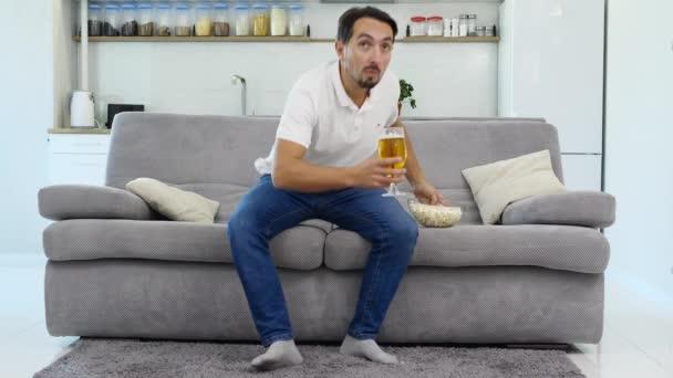 A férjem élvezi a sört és a pattogatott kukorica