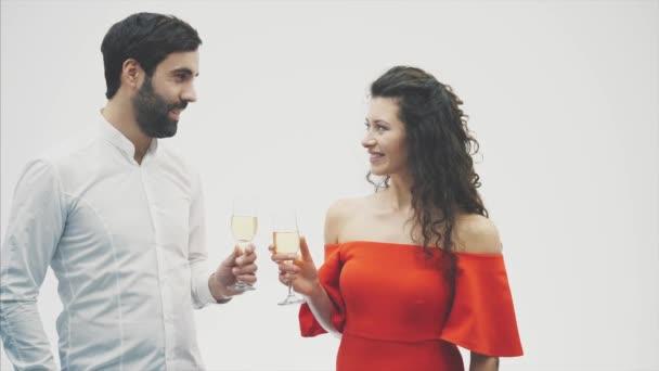 zwei schöne junge attraktive, stylische Menschen. chic elegant lustig positive Menschen. Händchen halten bei einem Glas Champagner.