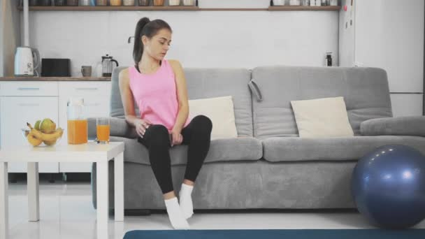Nach dem Fitnesstraining genießt das Mädchen Orangensaft.