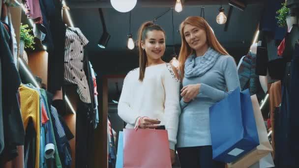 Dvě krásné mladé ženy, těší, Nakupování v obchodě, jsou velmi rádi, že přijímat obrovskou radost z nákupu