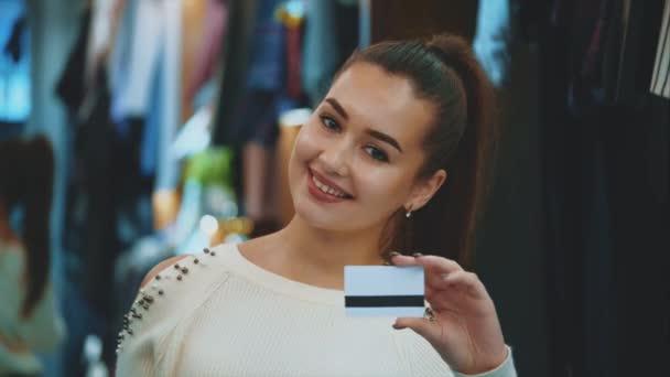 Fiatal lány, a bolt, vásárlás és a hitelkártya.