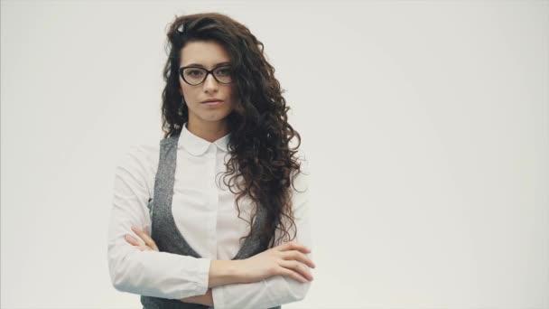 Detail portrét překvapený Mladá krásná bruneta podnikatelka. Oči se otevírají v brýlích, izolované na bílém pozadí