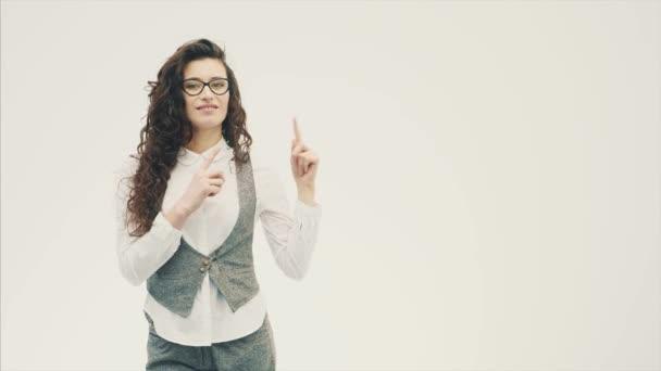 Mladý energický grand obchodní dívka stojící na bílém pozadí s brýlemi.