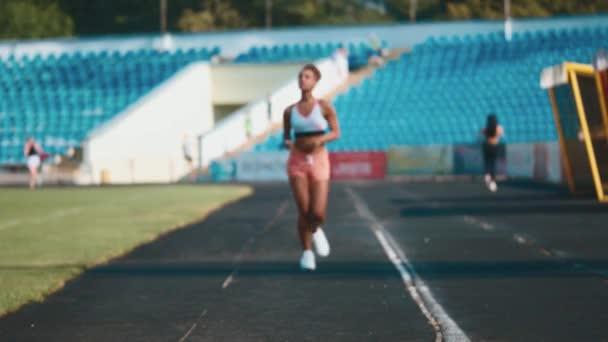 A fiatal lány sport rendszeresen. Ez alatt fut minden reggel. Sport-szervezet.