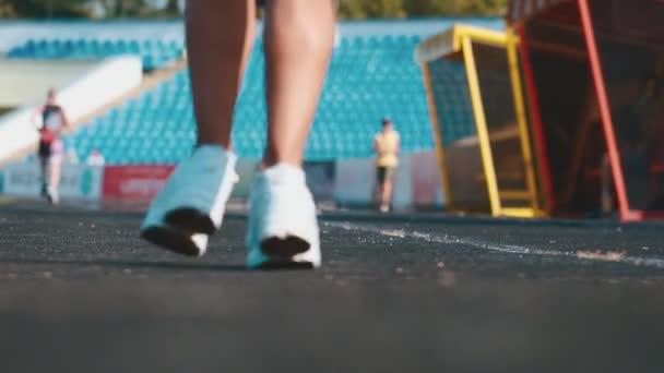 Mladá dívka, sportovní pravidelně. Během tohoto spuštění každé ráno. Má tělo, sportovní.