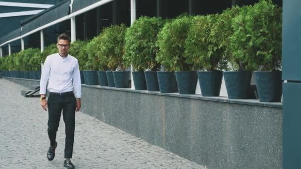 Egy fiatal üzletember öltözve ruhák üzleti megy dolgozni.