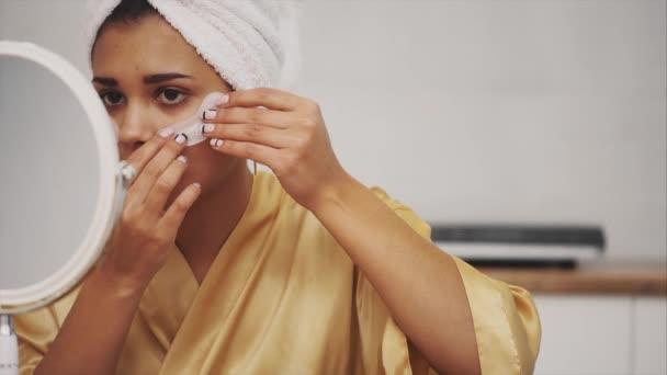 Vértes után fürdő törölköző fejét hozza foltok a szem alatti sötét karikák és ráncok a gyönyörű nő portréja.