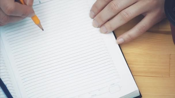 Detail ženské ruky odepsat strategii v zápisník s tužkou. Podnikatelka, které tvoří nový podnikatelský plán. Strategie a plánování