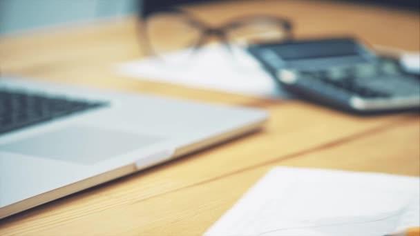 Podnikatel pro výpočet nákladů a finance v úřadu, finanční manažery, obchodní koncept a financování investic