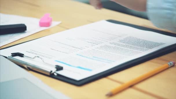 Concetto di contabilità: Marcatori manuali sono un numero importante su un documento. Verifica dei documenti. Statistiche importanti. Posto e le mani dei lavoratori.