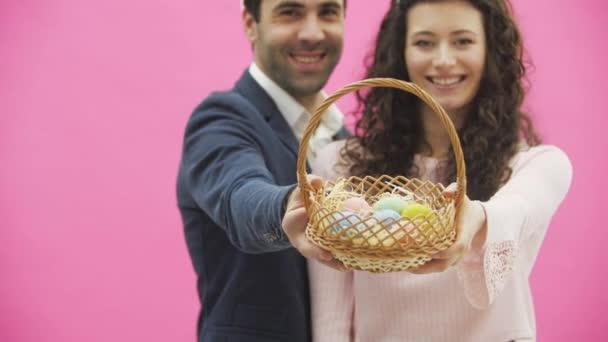 Familie feiert Osterfest. glückliches Paar mit Hasenohren. Frohe Feiertage. Paar bemalt Eier für Ostern. Eier verzieren. Urlaub. Frühlingsferien. Saison. Hasenohren.