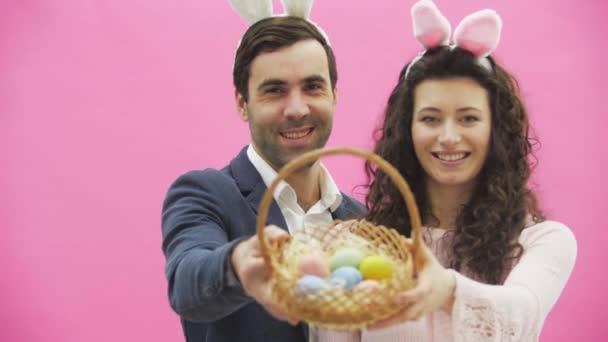 Familie feiern Ostersonntag. Brautpaar mit Hasenohren. Frohe Feiertage. Paar Ostereier zu Ostern. Deko-Eier-Ideen. Urlaub. Frühling Urlaub. Saison. Hasenohren.